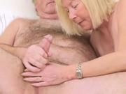 Зрелая блондинка радует мужа домашним сексом после мастурбации члена
