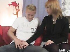 Пылкий блондин в домашнем видео оприходовал ласковую красотку после минета