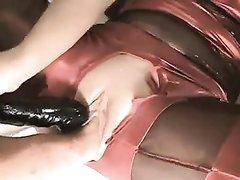 Любительский фистинг и жёсткая мастурбация киски блондинки в любительском видео