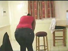Толстая негритянка перед домашним сексом помыла пеной огромную попу в ванной