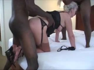 Двое негров для домашнего секса втроём вызвали зрелую блондинку с розовой киской