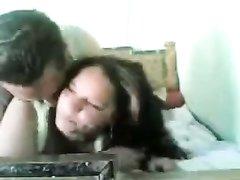 Влюблённая арабская пара уединилась в постели для любительского секса