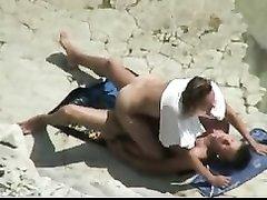 Секс загорелой парочки на песчаном берегу снимает скрытая камера сверху