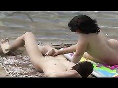 Влюблённая парочка пришла на безлюдный пляж для секса под открытым небом