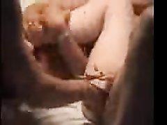 Зрелые подруги завели общего любовника для жаркого секса втроём на кровати