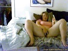Фигуристая канадка купила секс игрушку для домашней мастурбации в постели
