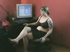 Молодая домохозяйка снимает колготки и секс игрушкой дрочит волосатую киску