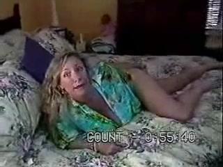 Роскошная зрелая блондинка с волосатой щелью и большими сиськами радует любовника сексом