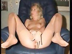 Домашняя мастурбация зрелой и влажной блондинки снята на видео крупным планом