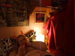 Толстая и зрелая блондинка в домашнем видео в постели дрочит клитор вибратором