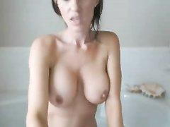 Грудастая фея взяла в джакузи секс игрушку для любительской мастурбации киски