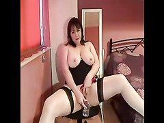 Жирная британка в чулках в любительском видео дрочит киску вибратором