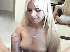 Ласковая молодая блондинка в видео от первого лица чеканит домашний минет
