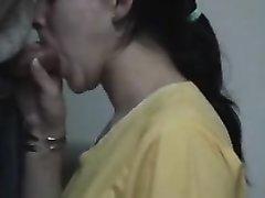 Брюнетка для видео строчит домашний минет незнакомцу и глотает сперму