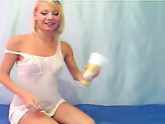 Блондинка с маленькими сиськами в домашнем видео перед вебкамерой натирается сливками
