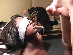 Стройная негритянка в домашнем видео сосёт белый член и трахается в шоколадную киску