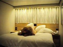 Скрытая камера в роскошной постели снимает домашний секс развратной француженки