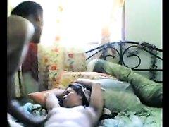 На кровати зрелая азиатка получает удовольствие от любительского секса