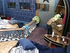 Скрытая камера в спальне снимает домашнее видео с переодевающейся леди