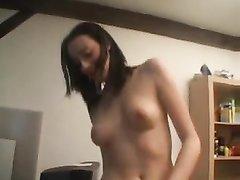 Французская брюнетка в анальном видео трахается с влюблённым поклонником