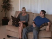 Молодой агент и зрелая блондинка в домашнем видео страстно трахаются на диване
