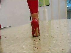 Блондинка в красном латексе на высоких каблуках позирует в любительском видео