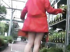 Сотрудник снял любительское видео с подглядыванием под юбку начальницы