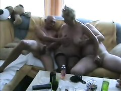 Упитанная зрелая блондинка вызвала двух любовников для секса втроём на диване