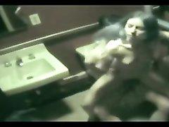 Молодожёны не заметив скрытую камеру позволили домашний секс в ванной