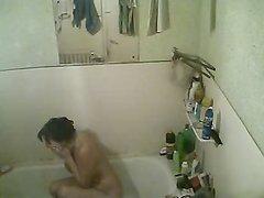Скрытая камера в ванной снимает любительское видео с голой развратницей