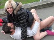 Пикапер на улице развёл на любительский анальный секс зрелую блондинку