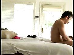Смуглая брюнетка уговорила друга лечь в постель для домашнего секса с куни