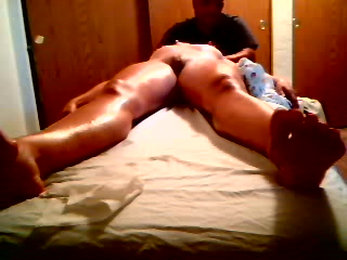 Красотка легла перед массажистом для любительской мастурбации с секс игрушкой