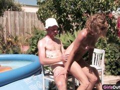 Стройная красотка на даче пригласила соседа в бассейн для любительского анального секса