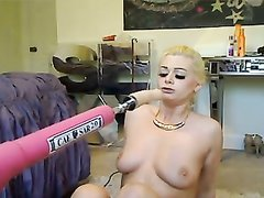 Любимая секс игрушка помогает блондинке результативно дрочить перед вебкамерой
