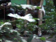 Подглядывание и любительское видео в общественном парке за дамой с красивыми ногами