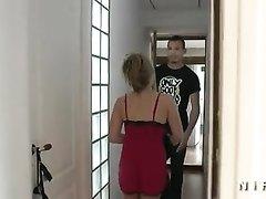 В домашнем групповом видео француженка обслужила тремя дырками двух парней