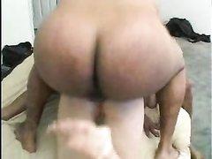 Белая домохозяйка в анальном видео устойчиво встала на карачки перед негром
