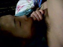 Азиатка в домашнем видео делает минет с зажмуренными от удовольствия глазами