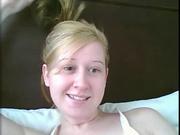 По просьбе незнакомца молодая блондинка на вебкамеру показывает сексуальную фигуру