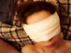 В немецком видео чувак дрочит член и кончает на лицо дамы с повязкой на глазах