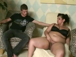 Латинская толстуха для домашнего секса познакомилась со стройным парнем