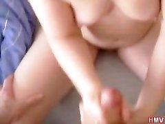 Для мастурбации члена в домашнем видео зрелая шлюха полностью разделась