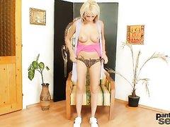 Молодая блондинка поверх колготок устроила любительскую мастурбацию секс игрушкой