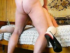 Зрелая любовница приняла позу на карачки и после мастурбации готова к сексу