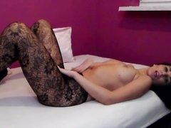 Немецкая брюнетка в колготках без трусиков в любительском видео извивается в постели