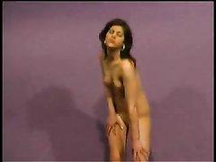 Смуглая модель в любительском видео разделась для преданных поклонников