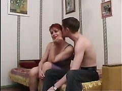 Рыжая зрелая домохозяйка в русском видео легла в постель с похотливым студентом