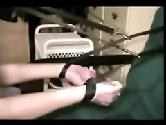 Жёсткое анальное видео с привязыванием и минетом от белой домохозяйки и негра
