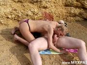 На безлюдном пляже зрелая блондинка для секса нашла достойного любовника